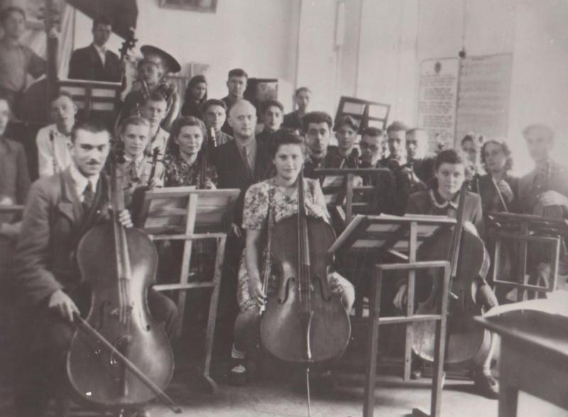 50ті рр.Симфонічний оркестр училища,в центрі керівник оркестру Вдовенко П.В.