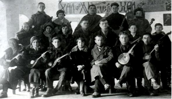 О. І. Самцов (в центрі) з колективом