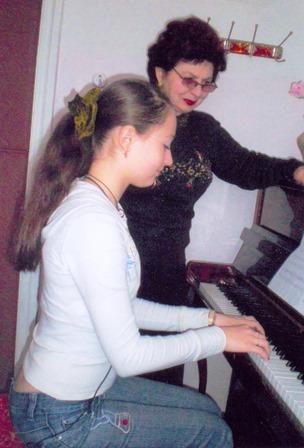 Урок загального фортепіано проводить старший викладач вищої категорії, зав. циклової комісією Синьковська Л.В. студентка Толкачьова А.