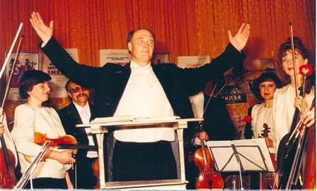Заслужений діяч мистецтв У. Шпак М. О. під час виступу з камерним оркестром Гілея 1994р.